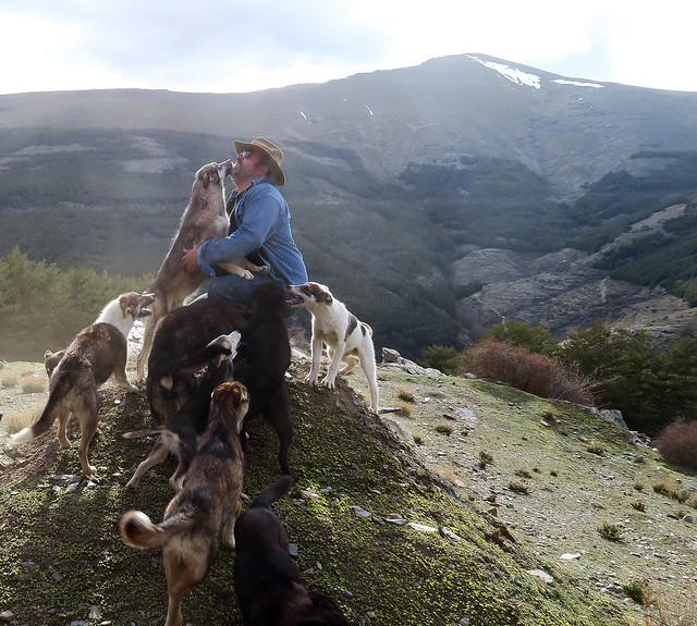 Fran junto a sus perros de trineo en las Alpujarras