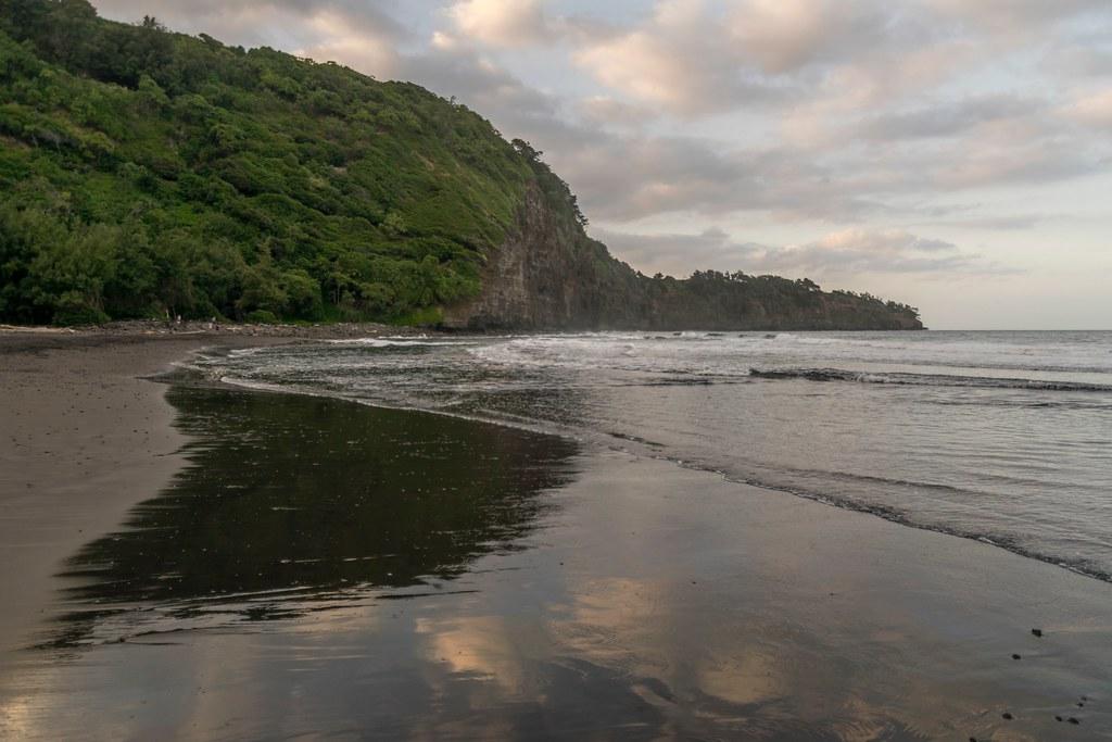 Beach With Black Sand Pololu Black Sand Beach A Beautiful