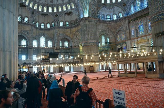 Touristen in der blauen Moschee von Istanbul