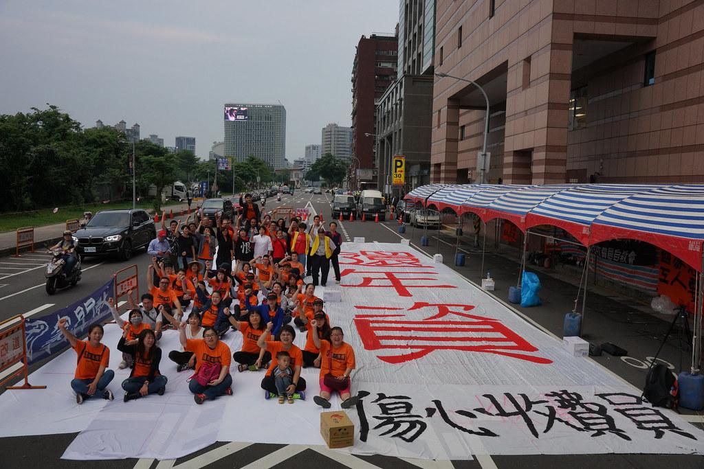 收費員在520年一天於民進黨部前要求「還年資」。(攝影:王顥中)