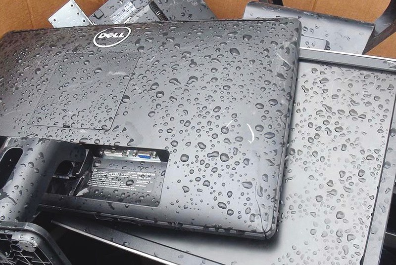 在香港新界發現的戴爾廢螢幕,直接暴露在戶外。圖片來源:巴塞爾行動網()