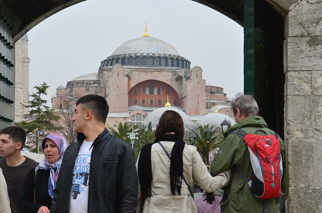 Durch ein Tor der blauen Moschee wird auf die Hagia Sofia geblickt