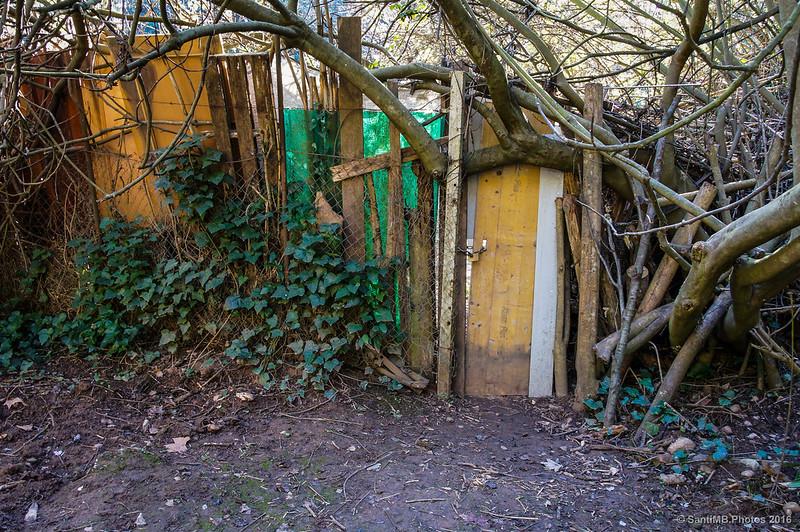 Lo que parece un huerto o un cobertizo en el entorno del Torrent de Colobres