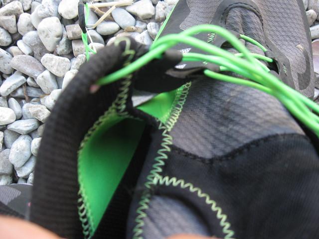 Η λεπτή γλώσσα του Vertical αγκαλιάζει το πόδι και ενώνεται με τα πλαινά με μια ελαστική μεμβράνη για να συγκρατεί το πόδι (πράσινο χρώμα εσωτερικά)!