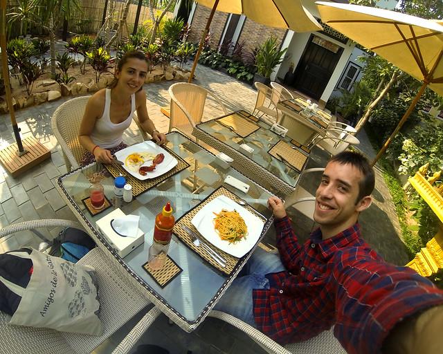 Desayunando en el hotel donde dormimos en Siem Reap