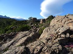 Les blocs rocheux sur le sentier de la crête de Punta Piana