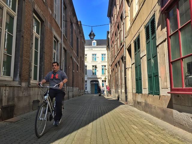 Sele montando en bicicleta en Namur (Valonia)