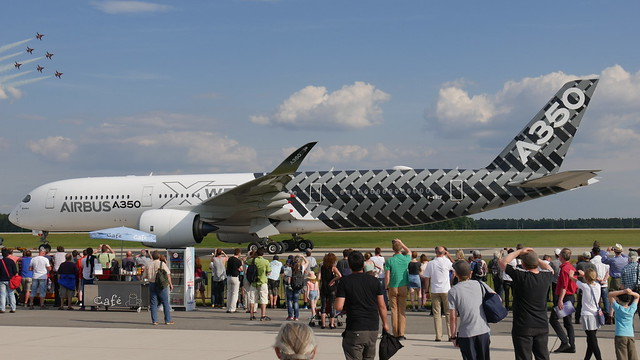 Airbus A350 & Kunstflugstaffel Patrouille Suisse