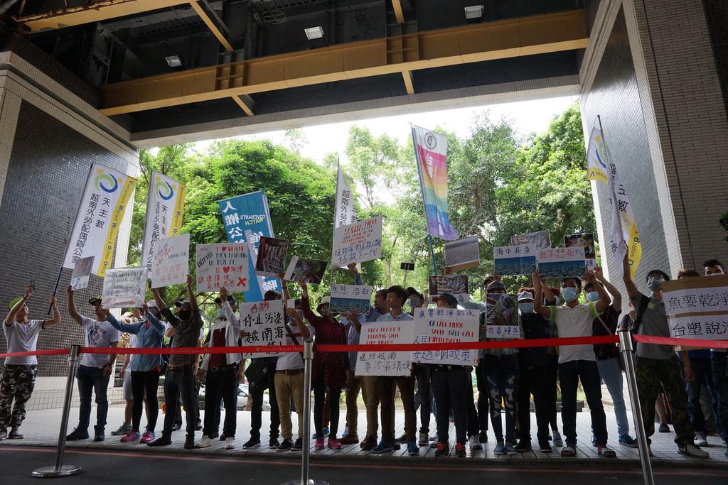抗議民眾在台塑董事會場外。(攝影:王顥中)