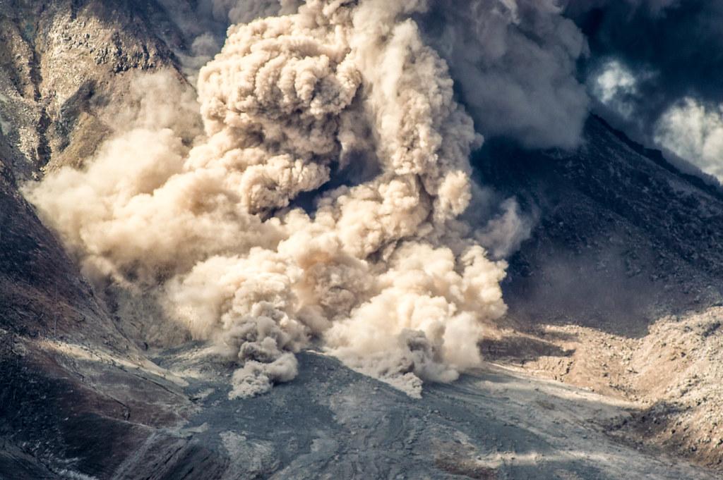 Jalan Lahar Panas Gunung Sinabung