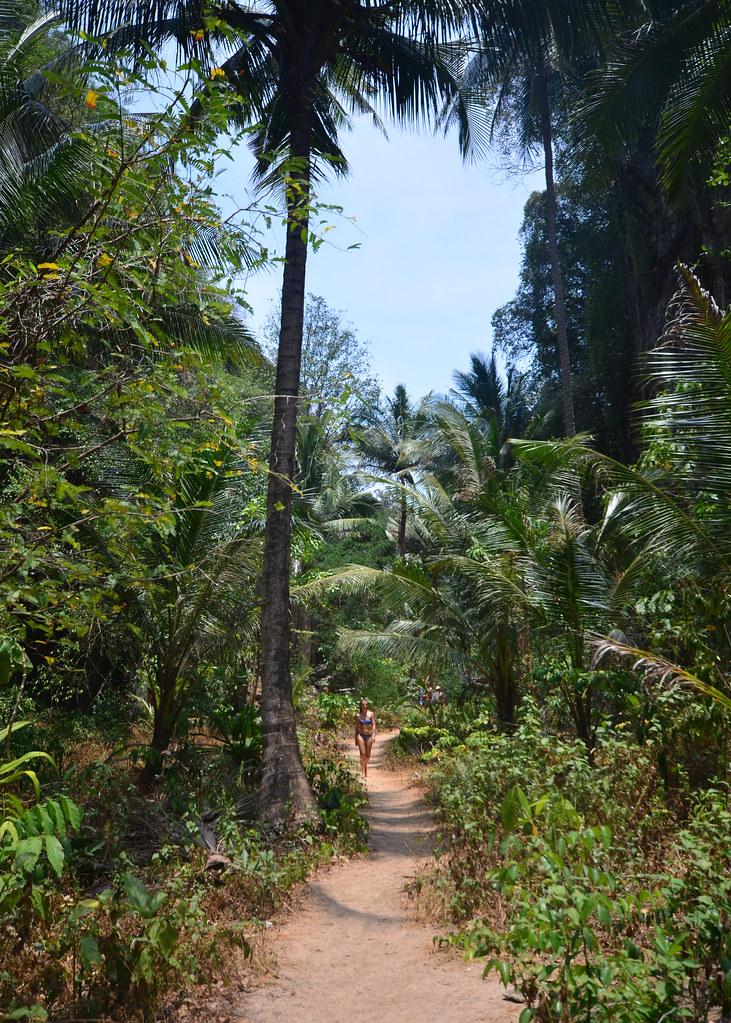 Caminando entre la selva rumbo a la calita secreta de una de las playas que ver en Tailandia más brutales