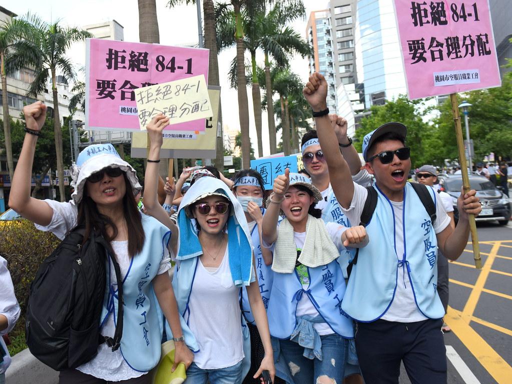 華航勞工先行至交通部前集結,遊行朝向華航台北分公司抗議。(攝影:宋小海)
