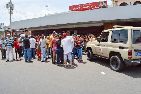 La violencia se adueña de las colas: en San Félix, donde la venta terminó a golpes entre policías y compradores