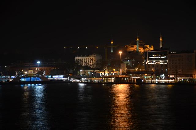 Die Lichter der Ausflugsboote spiegeln sich im goldenen Horn