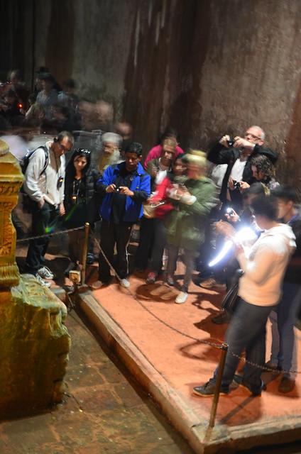Eine Gruppe von Touristen macht Fotos von der Medusa,