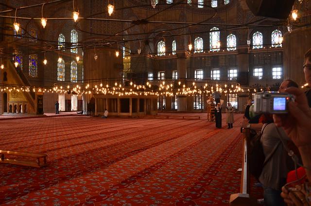 Kanzel, Teppich und Zuschauer in der blauen Moschee