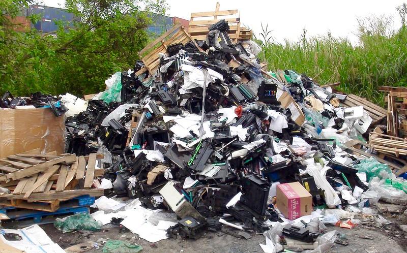 香港新界,遭拆解後的印表機等電子垃圾。圖片來源:巴塞爾行動網()