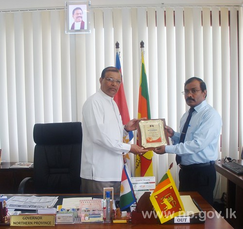 Valikamam ZDE presents memento to Governor – 08 December 2014