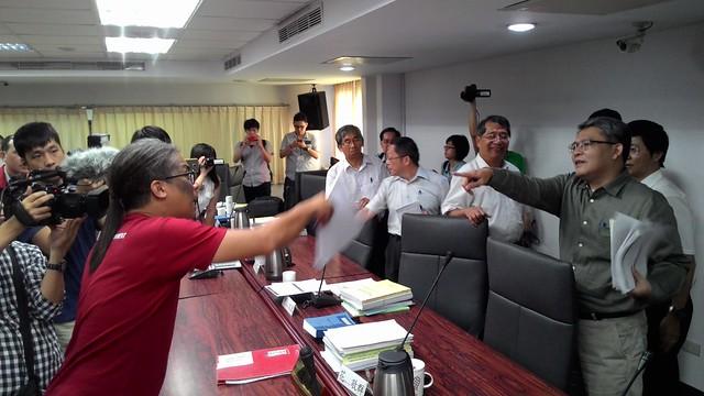 散會後,田奇峰追問資料後續,主席花敬群動怒爆粗口。攝影:林倩如。