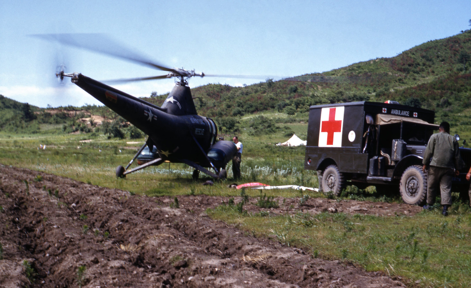 Helikopter ankommer NORMASH med to pasienter (1952) | by Trondheim byarkiv