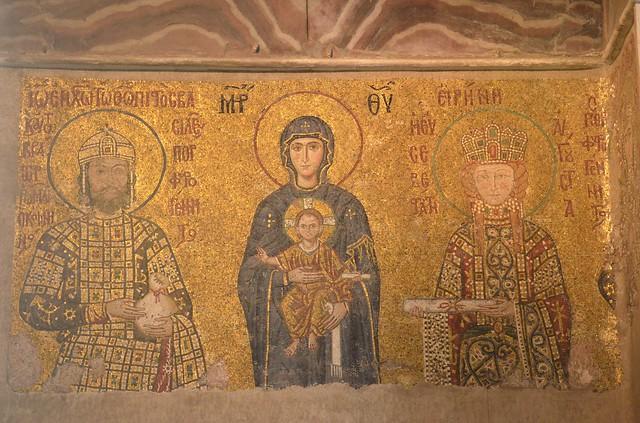 Maria und das Kind steht zwischen dem Königspaar.