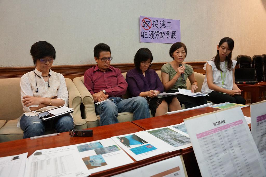 民間團體呼籲境外聘僱漁工應一併適用《勞基法》,由勞動部管轄。(攝影:王顥中)