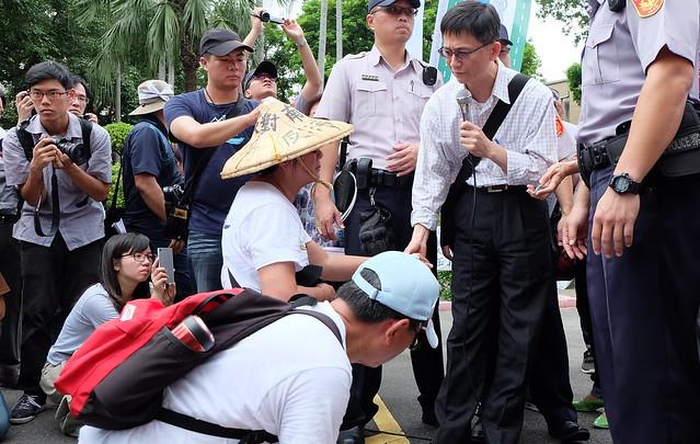 抗議居民堅持行政院出面說明,環保署副署長前往行政院主持協商 攝影:陳文姿