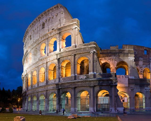 Preciosa estampa del Coliseo de Roma en hora mágica, una de las mejores zonas donde dormir en Roma