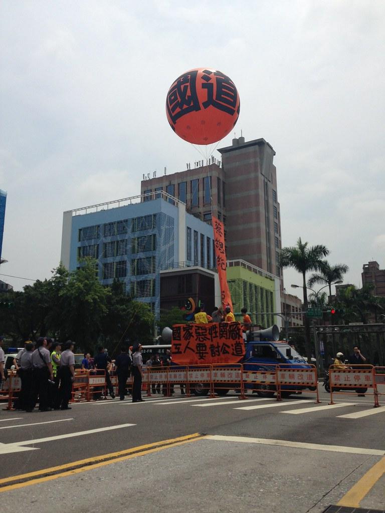 於蔡英文發表就職演說的同時,施放掛有陳情標語布條的大型橘色汽球。 (攝影:張宗坤)