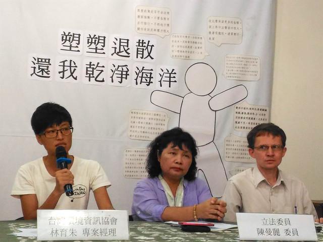 台灣環境資訊協會專案經理林育朱呼籲,未來全面管制塑膠袋使用範圍。攝影:林倩如。