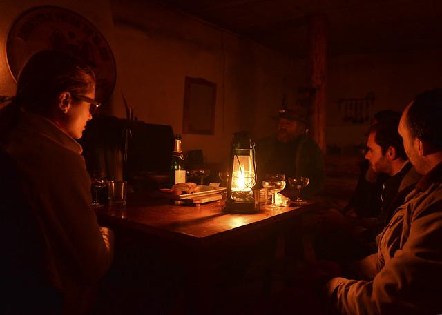 Noche de charlas entre velas en la casa de Fran tras la ruta de trineos de perros por Granada