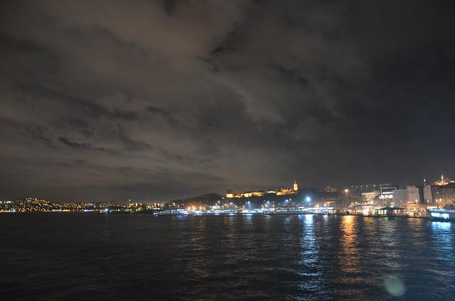 Blick in Richtung goldenes Horn bei Nacht