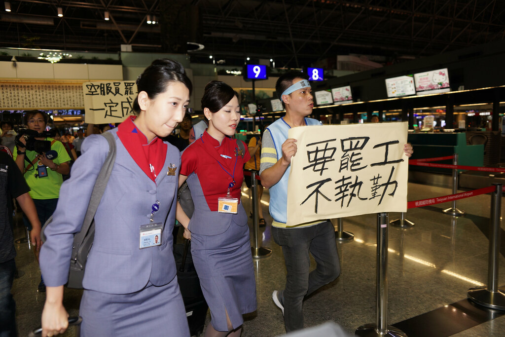 CI-108航班是空服員罷工後的華航首飛,工會也在現場呼籲會員不提供勞務,左為日籍空服員。(攝影:王顥中)