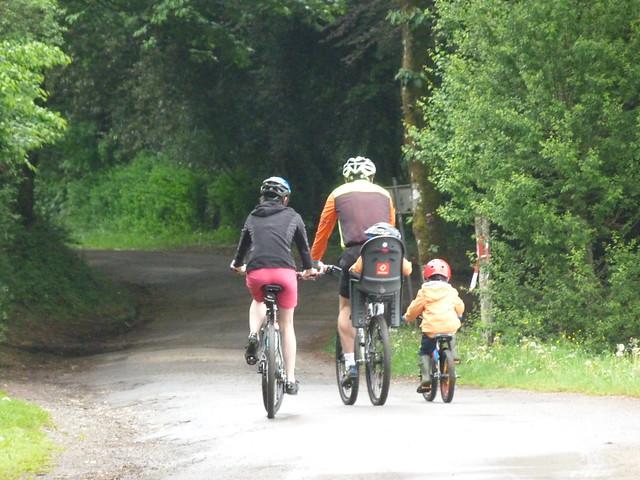 Una familia haciendo Valonia en bicicleta