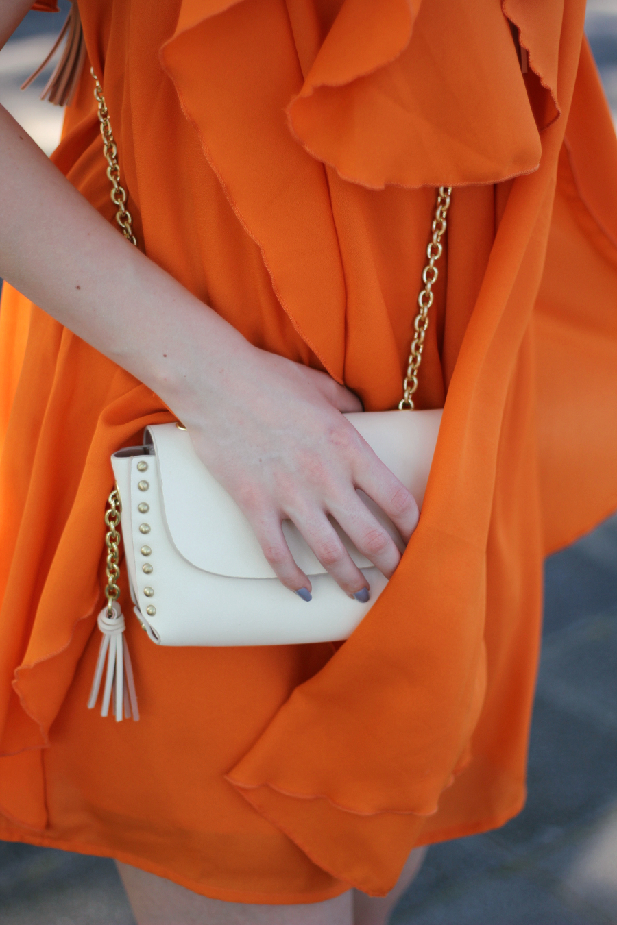 outfit detail tasche zara mini gold weiß ornage volant kleid asos summer blogger fashion