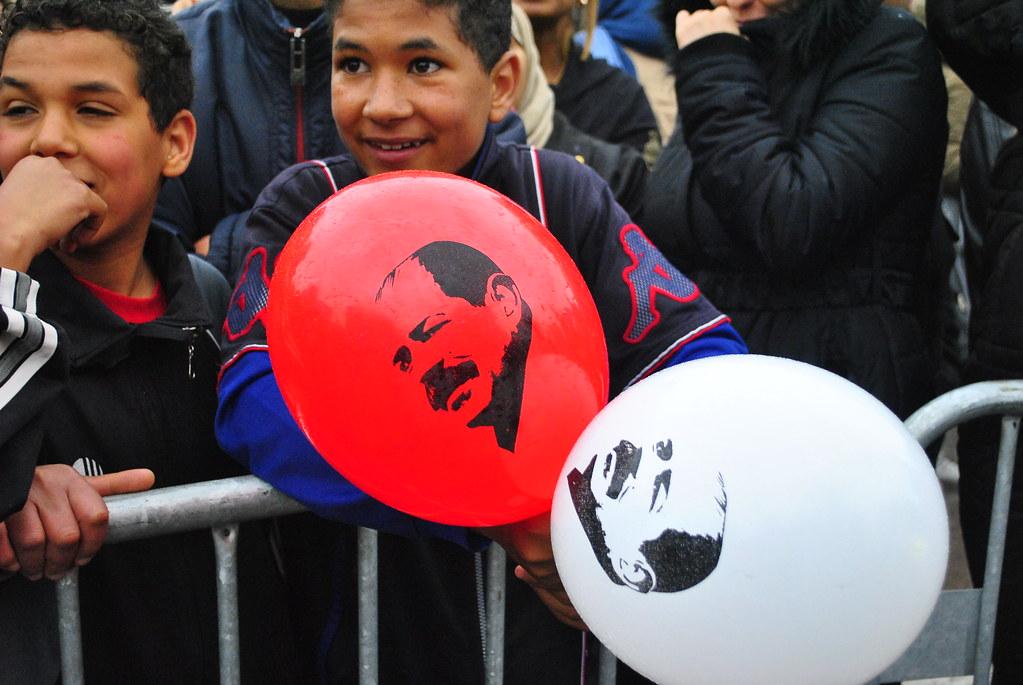 儘管事隔2年,突尼西亞民眾在遊行場合仍會拿出貝萊德的氣球、海報,希望為他聲討正義。(攝影:陳逸婷)