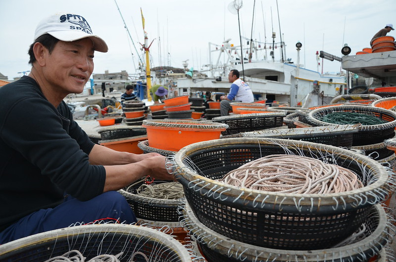 俞船長 正在編織延繩釣的繩子 攝影:潘佳修
