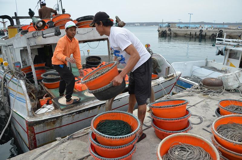 台灣年輕人多不願從事辛苦的漁業。圖為俞泊源船上遠離家鄉工作的外籍漁工。攝影:潘佳修。