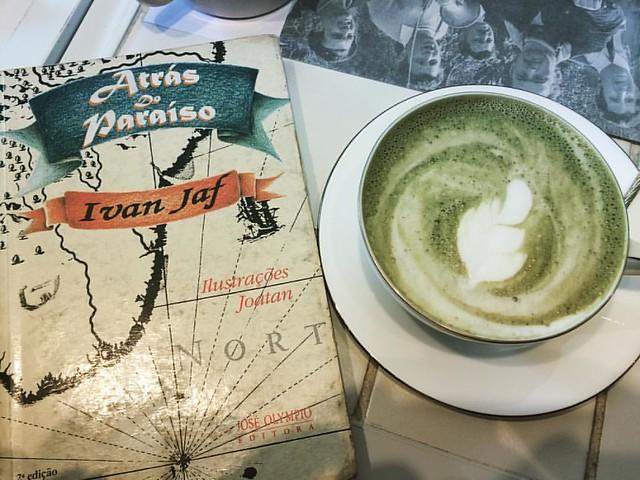 Te verde y un libro... Interesante combinación que disfrute en Río de Janeiro.