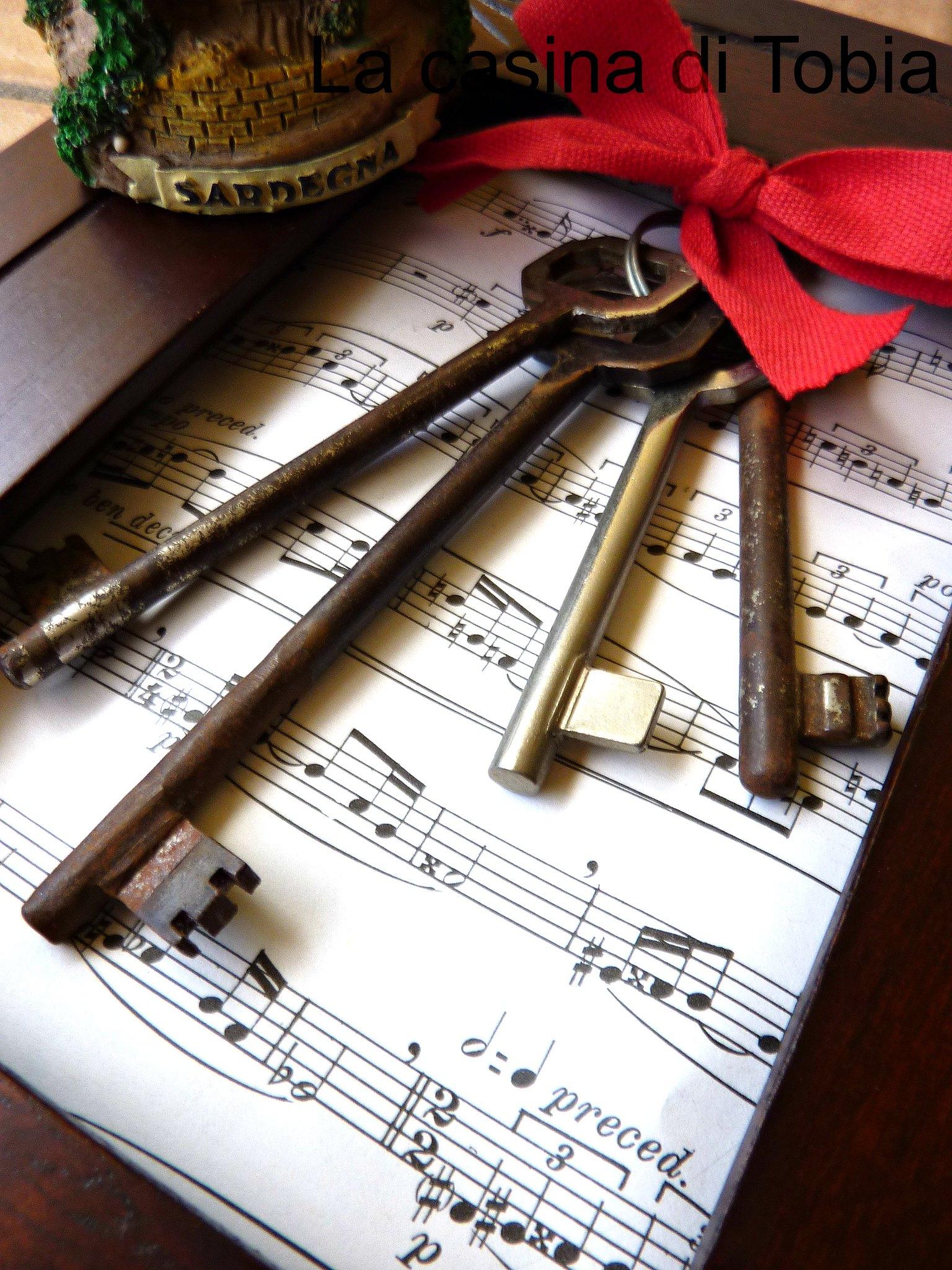 cornice di legno con chiavi antiche by La Casina di Tobia