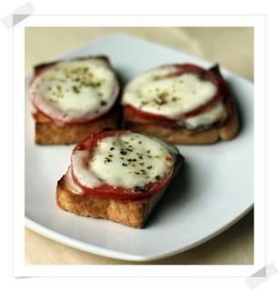 Mini Tostas fáciles de Tomate y Mozarella
