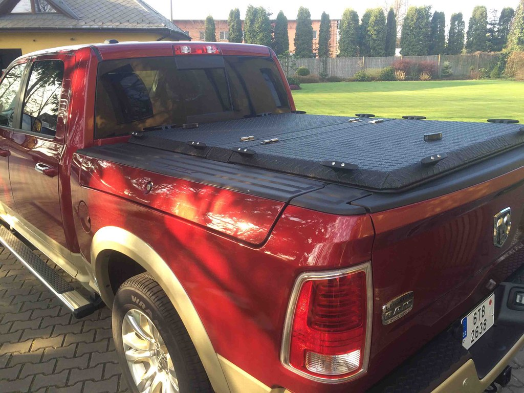 Dodge Ram 2015 >> A Black Aluminum Tonneau Cover On A Dodge RamBox | A Red ...
