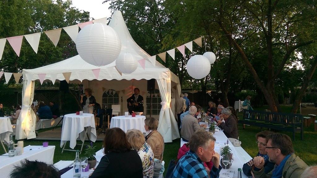 Festtafel und Bühne im Park