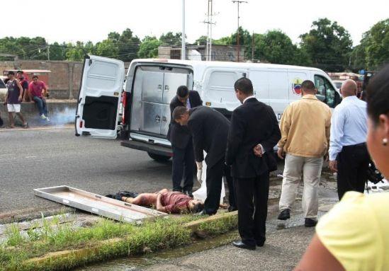 Transeúntes hallan 2 cadáveres maniatados y degollados en San Félix