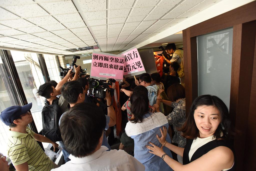 工鬥等勞工團體約20多人至工總大樓抗議,並進入工總大樓的記者會場外,與警方及現場人員發生推擠衝突。(攝影:宋小海)