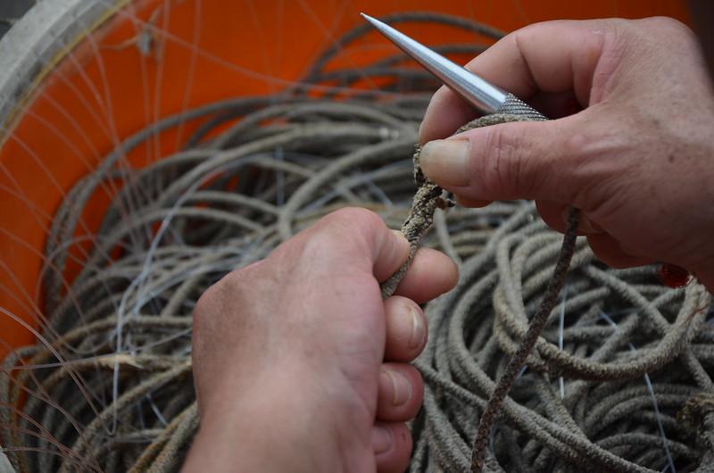 斷掉的延繩釣釣線,必須人工修補。攝影:潘佳修