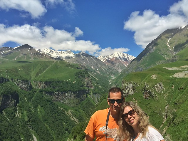 Sele y Rebeca en el mirador del Cáucaso cerca de Gudauri (Georgia)