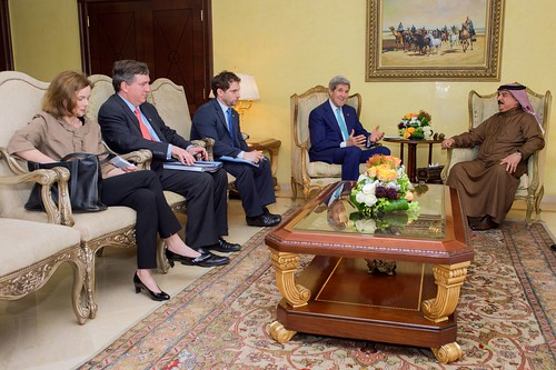 Secretary Kerry and Advisers Sit With King Hamad of Bahrain at Outset of Meeting Amid Egyptian Development Conference