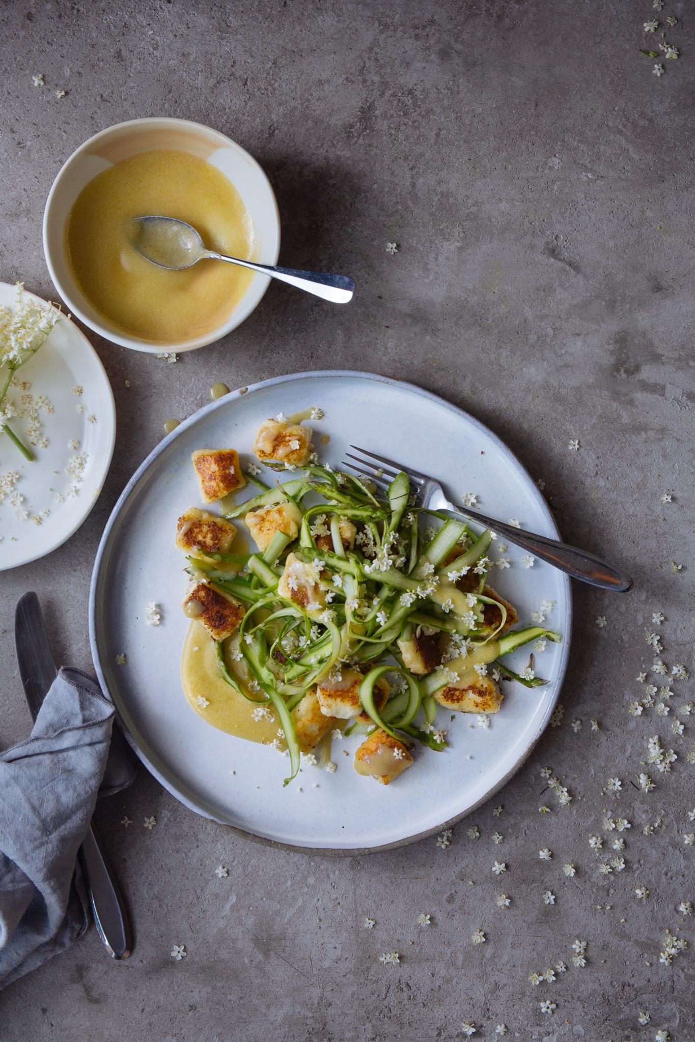 Salada de espargos com gnocchi de requeijão, molho de miso branco e flor de sabugueiro