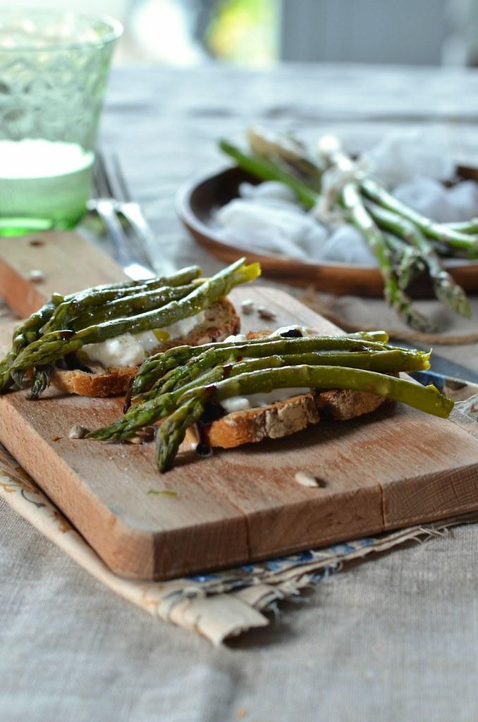 Bruschetta aux asperges vertes grillées et burrata